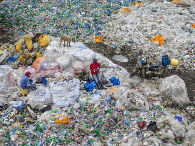 Dandora Landfill #3, Plastics Recycling, Nairobi, Kenya, 2016. Photo © Edward Burtynsky, courtesy Howard Greenberg Gallery and Bryce Wolkowitz Gallery, New York / Robert Koch Gallery, San Francisco